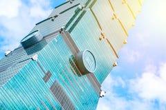 Mirando para arriba la vista de Taipei 101, la señal de Taiwán, refleja luces del cielo azul y del sol Imagen de archivo libre de regalías