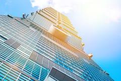 Mirando para arriba la vista de Taipei 101, la señal de Taiwán, refleja luces del cielo azul y del sol Imagenes de archivo