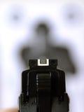 Mirando pistola all'obiettivo Immagini Stock