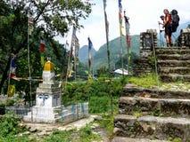 Mirando a Stupa en el pueblo de Ngadi, senderismo de Nepal - de Annapurna Imágenes de archivo libres de regalías