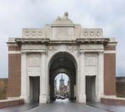 Mirando a través de la puerta de Menin en Ypres, Bélgica. imágenes de archivo libres de regalías