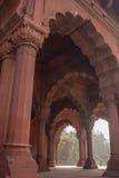 Mirando a través de las arcadas de la piedra arenisca roja de Lal Quila, rojas foto de archivo