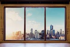 Mirando a través de ventana por la mañana, opinión de la ciudad de Bangkok en salida del sol imagen de archivo libre de regalías