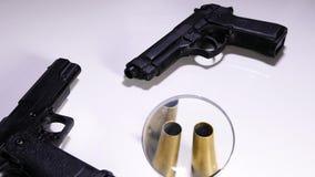 Mirar cubiertas de la pistola y de la bala almacen de metraje de vídeo
