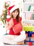 Mirar a escondidas el regalo interior de la Navidad imagen de archivo