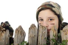 Mirar a escondidas a la muchacha de Camo Imagenes de archivo