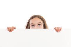 Mirar a escondidas a la niña Imagenes de archivo