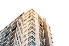 Mirar para arriba el edificio moderno del condominio con las nubes en el cielo el distrito de Samyan, Bangkok fotos de archivo