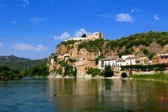 Miravet Catalonia, Spanien ovanför Ebro River Arkivfoton