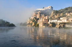 Miravet, città mediterranea, Tarragona. (La Spagna) fotografie stock libere da diritti