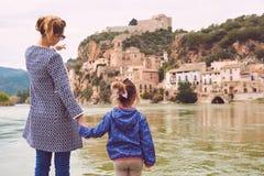 Miravet dorp en Ebro rivier royalty-vrije stock afbeelding