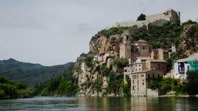 Miravet oud die Kasteel in Catalonië in de provincie Tarragona wordt gevestigd stock footage