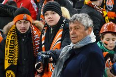 Mircea Lucescu med fläktar på Donbass-Arena Royaltyfria Bilder