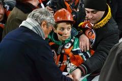 Mircea Lucescu undertecknar barnet Arkivfoto