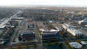 Mire abajo en una arena del fútbol de la universidad y critique a la vista de la ciudad local almacen de video