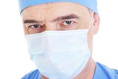 Mire al cirujano de sexo masculino maduro en máscara médica Imagen de archivo libre de regalías