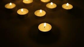 Mire al trasluz el fondo de las luces, decoración ligera de las velas del té almacen de video