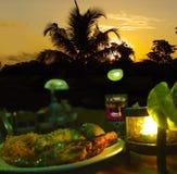Mire al trasluz la cena, puesta del sol romántica Imagen de archivo