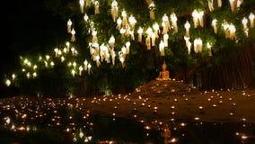 mire al trasluz la luz en la imagen de oro de Buda con la reflexión del agua fotografía de archivo libre de regalías
