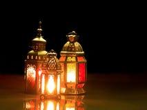 Mire al trasluz las tapas ligeras en la linterna musulmán del ` s del estilo que brilla en la oscuridad Fotografía de archivo