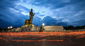 Mire al trasluz ligero moviendo alrededor la estatua de Buda el día del bucha de Makha Fotografía de archivo