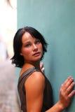 Mire de brunette magnífico con una pared del grunge Fotos de archivo libres de regalías