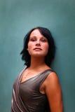 Mire de brunette magnífico contra la pared Imagen de archivo