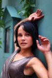 Mire de brunette magnífico contra la pared Imagen de archivo libre de regalías