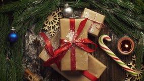 Mire desde arriba la tableta con las galletas de la Navidad, ramas del abeto, metrajes
