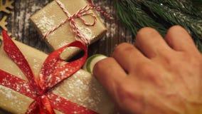Mire desde arriba la tableta con las galletas de la Navidad, ramas del abeto, almacen de video