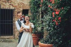 Mire desde arriba los pares hermosos de la boda que se besan en el eveni foto de archivo libre de regalías