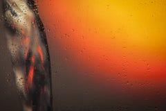 Mire el agua que vierte a través del vidrio Foto de archivo