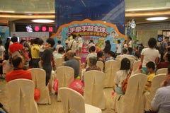 Mire el funcionamiento de la audiencia en el SHENZHEN Tai Koo Shing Commercial Center fotos de archivo libres de regalías