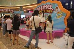Mire el funcionamiento de la audiencia en el SHENZHEN Tai Koo Shing Commercial Center Fotografía de archivo libre de regalías