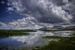 Mire el lago mistic andino Titicaca con los cielos clowdy imágenes de archivo libres de regalías