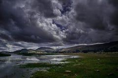 Mire el lago mistic andino Titicaca con los cielos clowdy fotografía de archivo