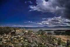 Mire el lago mistic andino Titicaca con los cielos clowdy foto de archivo