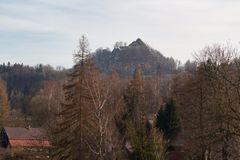 Mire el paisaje con ruinas del pueblo y del castillo Imagen de archivo
