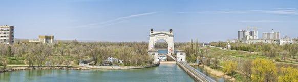 Mire el primer canal del arco de la entrada nombrado después de Lenin Imagen de archivo