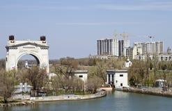 Mire el primer canal del arco de la entrada nombrado después de Lenin Imagenes de archivo