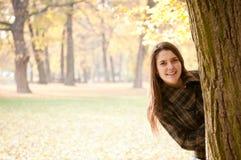 Mire en mí - el retrato de la mujer del otoño Foto de archivo