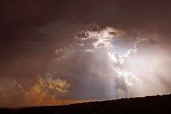 Mire a escondidas un abucheo con las nubes del sol n Imagen de archivo