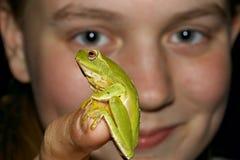 Mire a esta muchacha con la rana Imagen de archivo libre de regalías