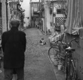 Mire fijamente abajo en pequeña Tokio imagenes de archivo