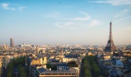 Mire fuera de arco triunfal a la torre Eiffel Imagen de archivo