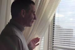 Mire hacia fuera la ventana el sol Foto de archivo libre de regalías