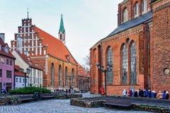 Mire la iglesia de St John en Riga vieja Imágenes de archivo libres de regalías