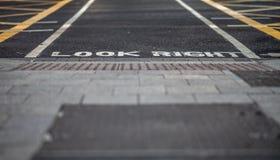 Mire la marca de camino correcta Imagen de archivo libre de regalías