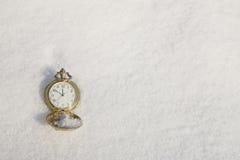 Mire la mentira en la nieve antes de Año Nuevo Imágenes de archivo libres de regalías