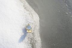 Mire la mentira en la nieve antes de Año Nuevo Fotografía de archivo